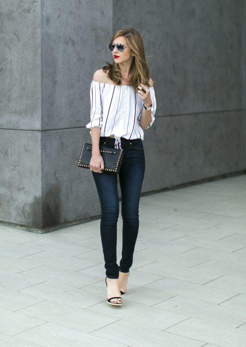 Chica usando una blusa sin hombros y un pantalón de mezclilla