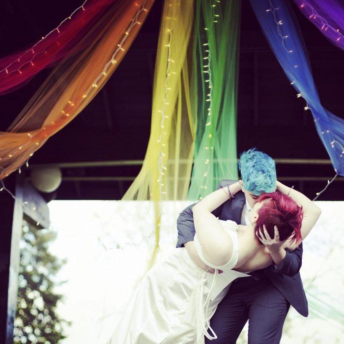 Chicas besándose el día de su boda
