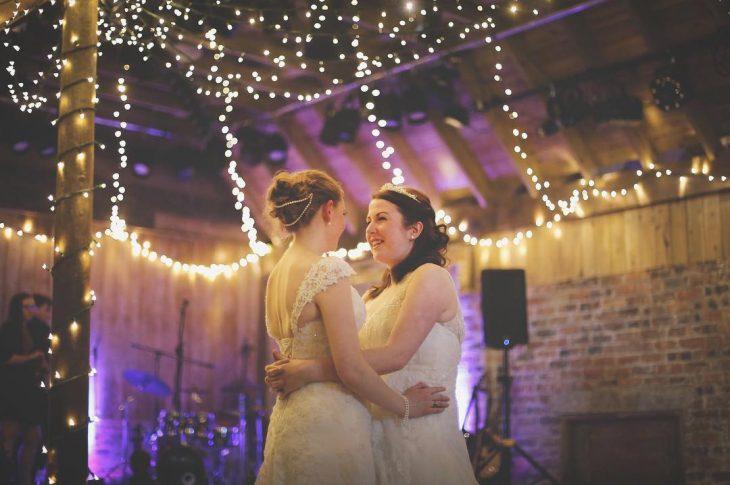 Chicas bailando el día de su boda