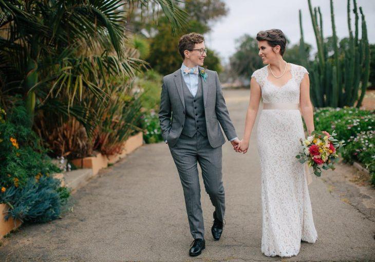 Pareja de mujeres recién casadas