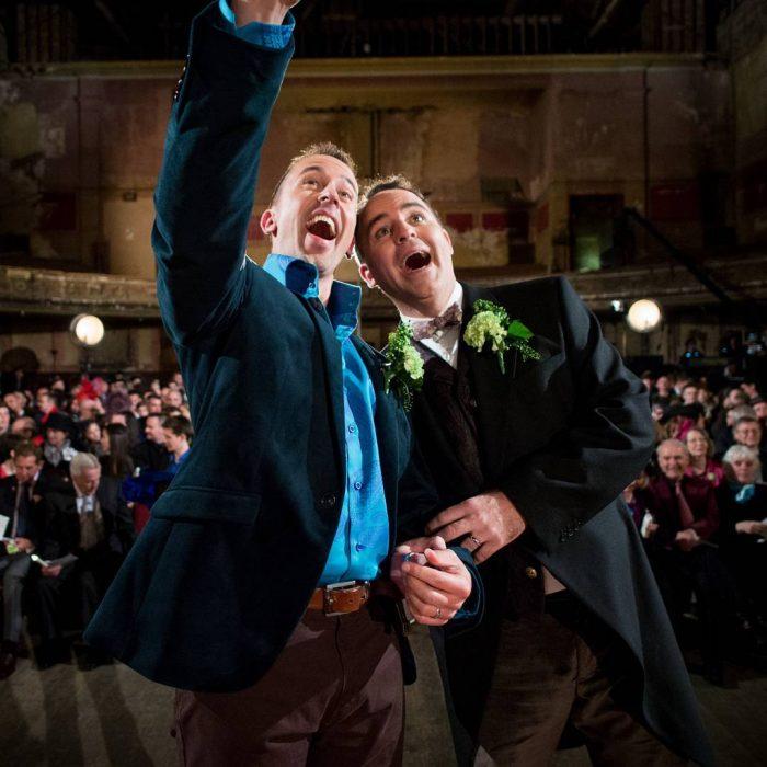 Chicos felices el día de su boda
