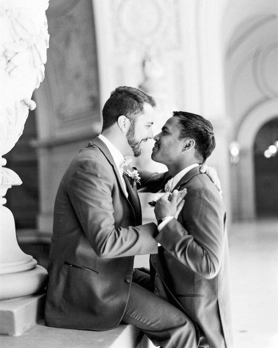 Chicos enamorados el día de su boda