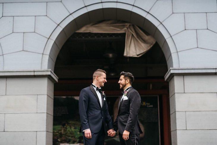 Pareja gay afuera de la iglesia el día de su boda