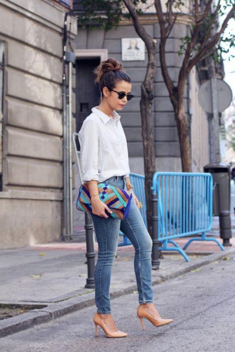 chica con jeans y zapatillas