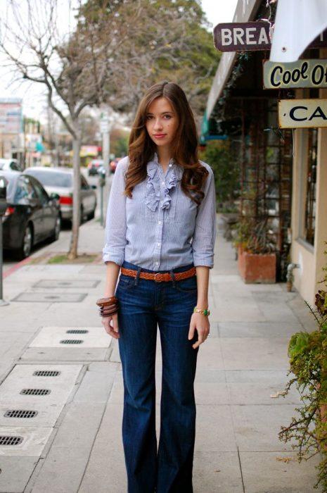 chica con jeans acampanados