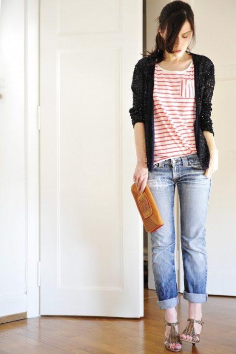 chica con jeans y cárdigan con brillos