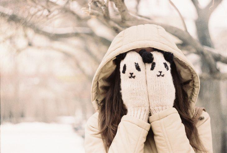 Chica con guantes de panda