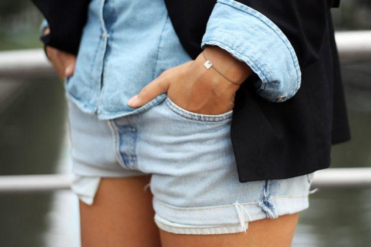 Manos dentro de los bolsillos de un short
