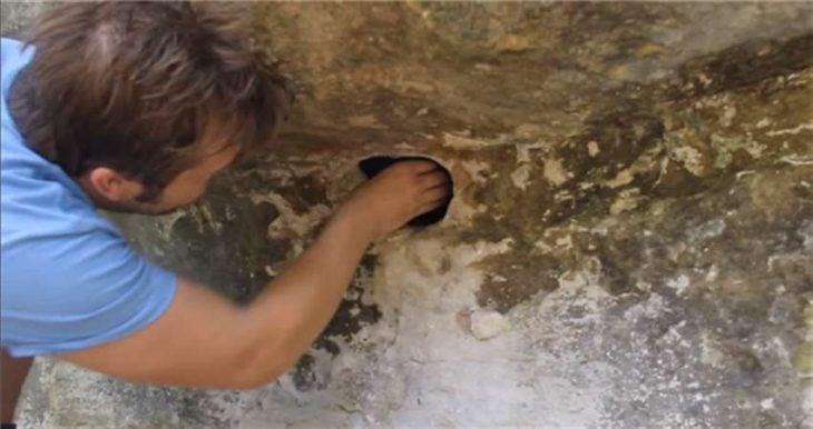Chico metiendo la mano en un agujero
