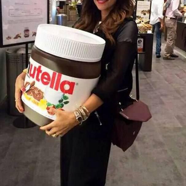 Chica cargando un frasco gigante de Nutella