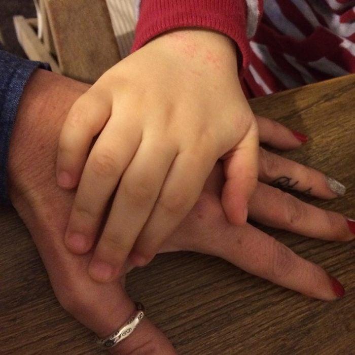 Mano grande sobre mano pequeña