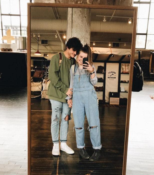 Pareja de novios tomándose una fotografía o selfie frente al espejo