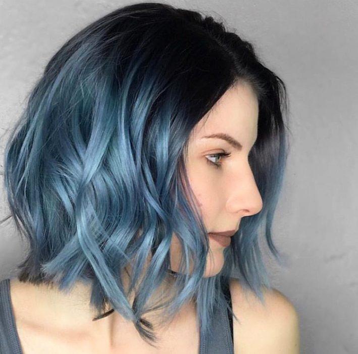 Chica usando un corte de cabello long bob en capas con un tinte en color azul