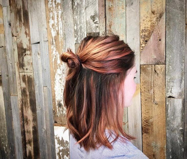 Chica usando un corte de cabello long bob en capas en tonos naranja
