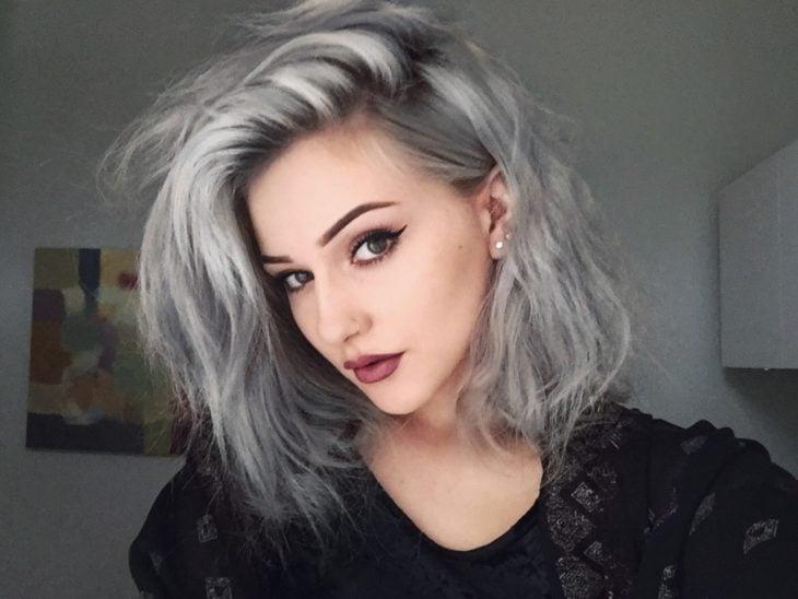 Chica usando un corte de cabello long bob en tonos grises