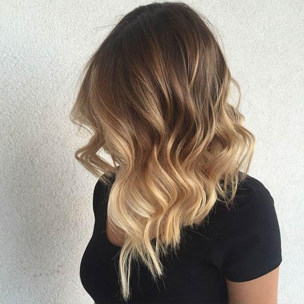 Chica con un corte de cabello long bob en capas con un tono belayage de tinte