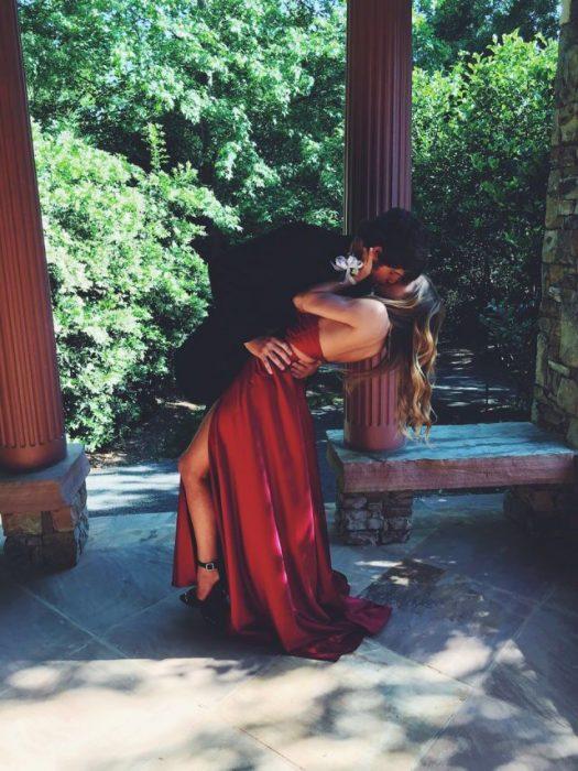 Pareja vestida elegante besándose