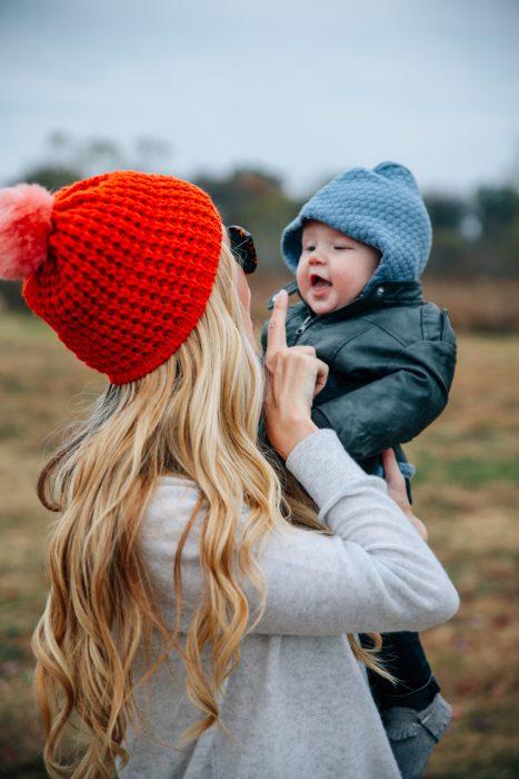 Chica jugando con un bebé