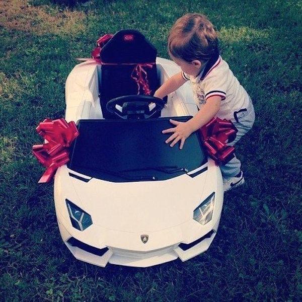 Bebé con un carro de regalo