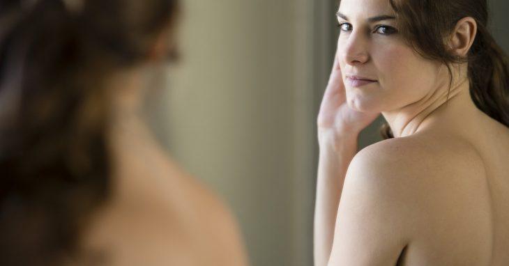 Chica frente al espejo, reconociéndose