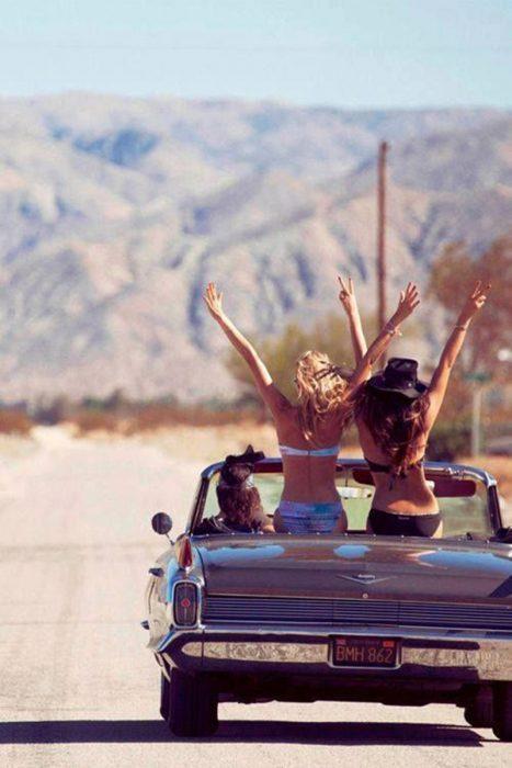 Amigas en una carro viajando por carretera