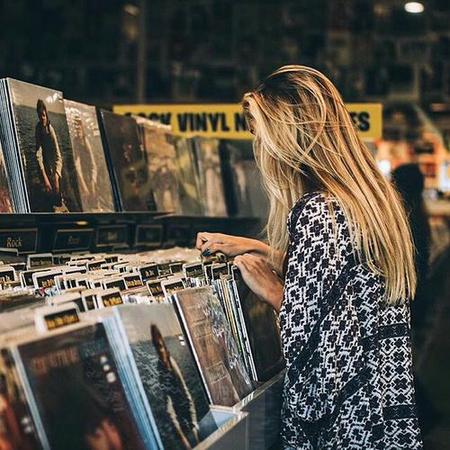 Chica en tienda de discos