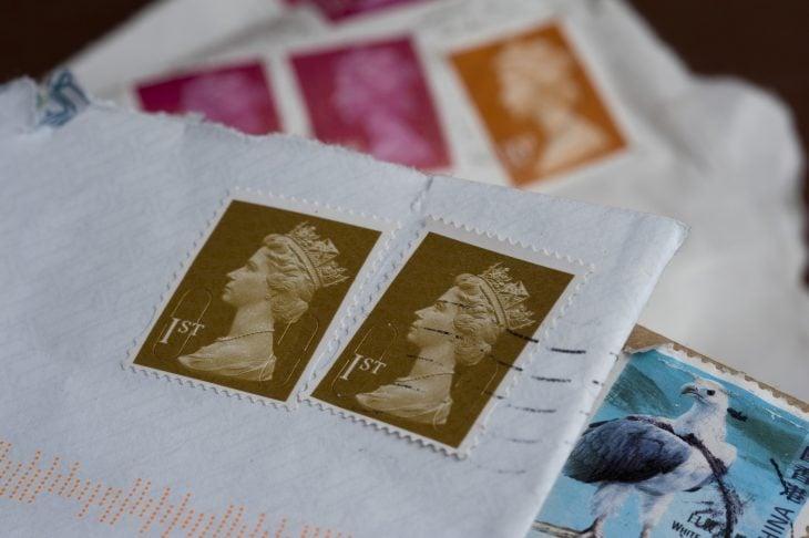 Carta con sellos postales