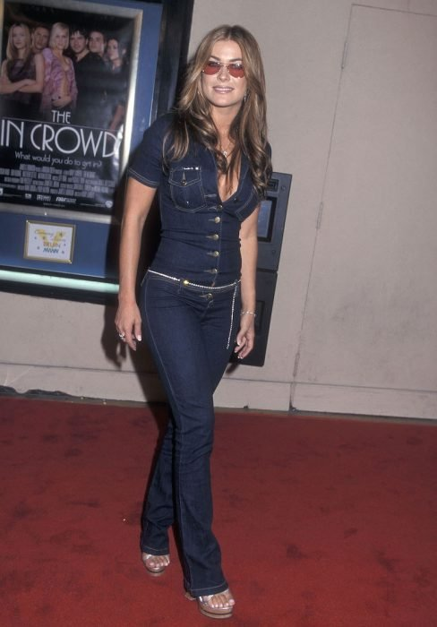 Chica usando un jumpsuit de denim o mezclilla en el año 2000
