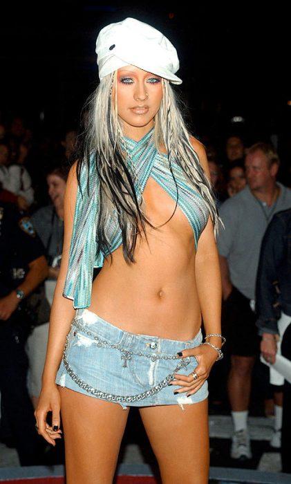 Cristina Aguilera en los 200 vestida con una minifalda y un mini crop top