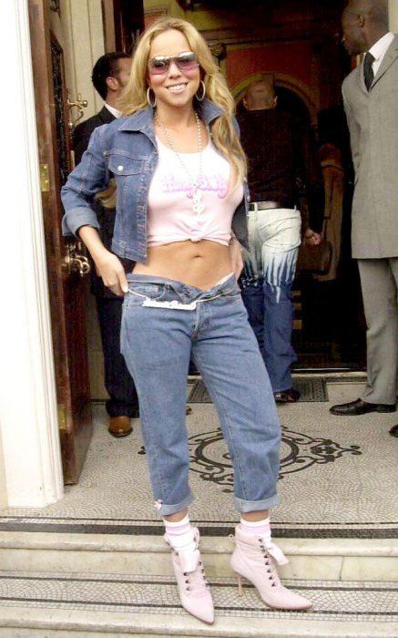 Mariah Carey usando una chaqueta y pantalones de denim o mexclilla