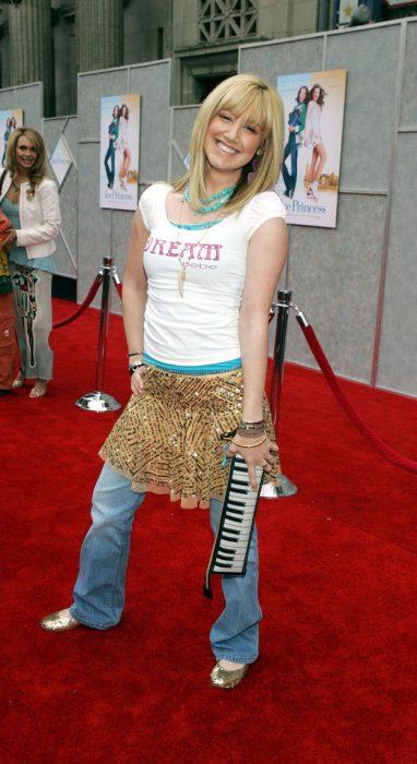 Ashley tisdale usando una falda sobre un pantalón de mezclilla