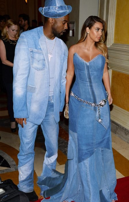 Kim Kardashian y su pareja vestidos con denim o mezclilla