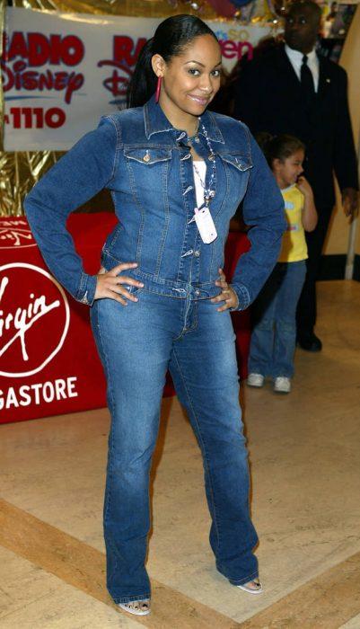 Reven Simone vestida con un jumpsuit de mezclilla o denim