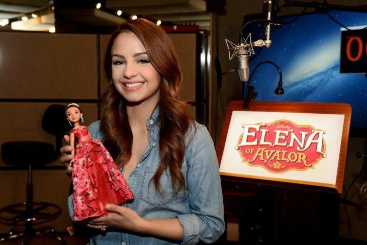 mujer pelirroja con muñeca