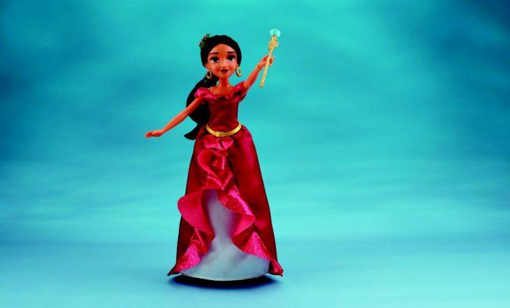 muñeca con vestido rojo y fondo azul