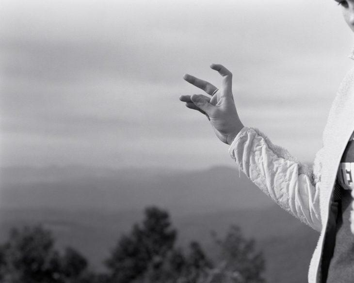 mano en el aire y naturaleza