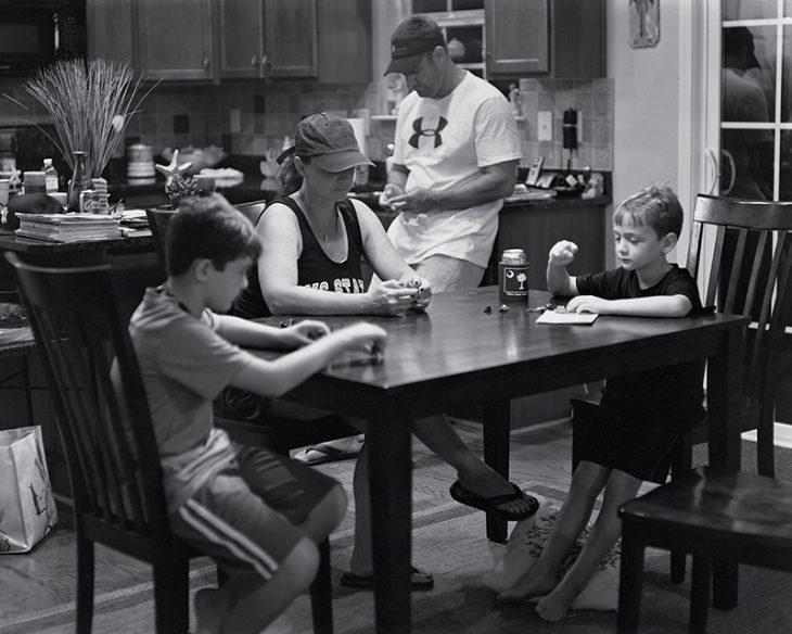 niños en la mesa mirando hacia abajo