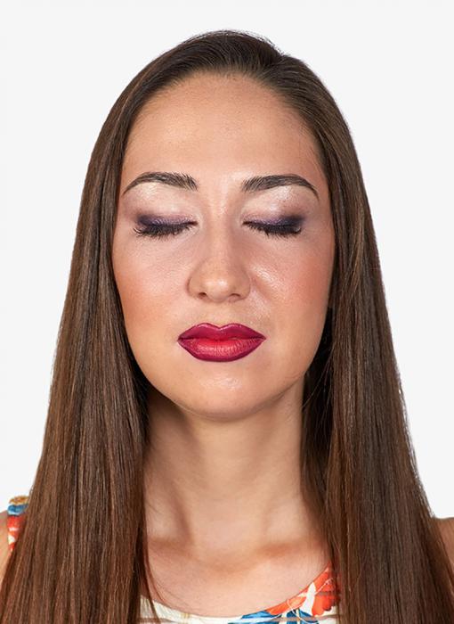Mujer de cabello largo con los ojos cerrados usando maquillaje Estée Lauder