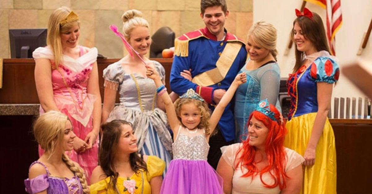 Esta pequeña jamás olvidará el día de su adopción ¡Todos se vistieron de los personajes de Disney