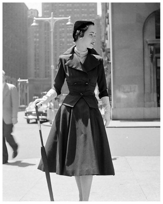 Fotografía de Nina Leen donde aparece una mujer de los años 50 0 60 parada sobre una calle de Nueva York