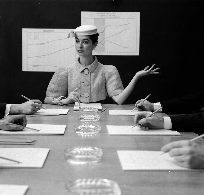 Fotografía de Nina Leen donde aparece una mujer de los años 50 0 60 durante una reunion ejecutiva