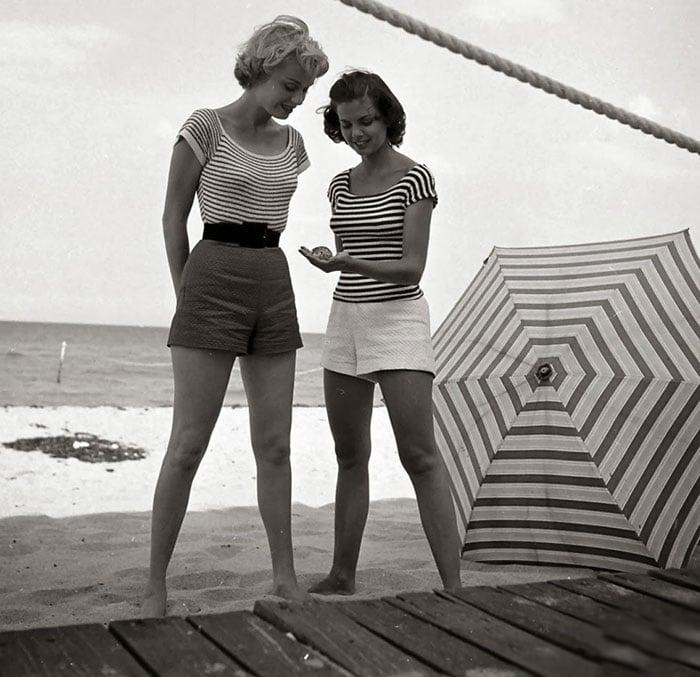 Fotografía de Nina Leen donde aparece una mujer de los años 50 0 60 en la playa