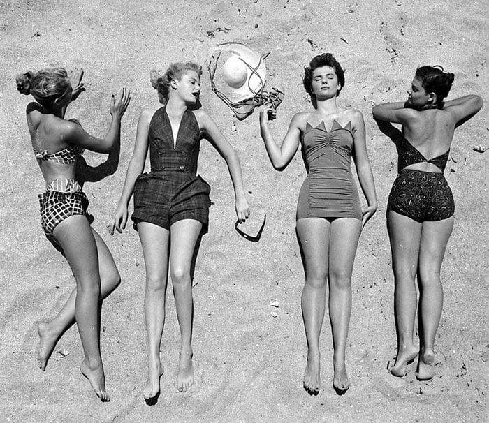 Fotografía de Nina Leen donde aparecen varias mujeres de los años 50 0 60 recostadas en la arena de la playa
