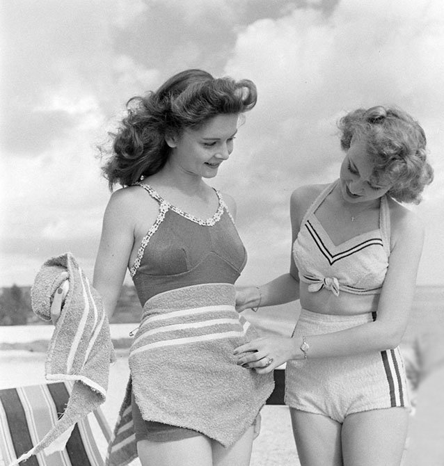 Fotografía de Nina Leen donde aparecen dos mujeres de los años 50 0 60 con traje de baño en la playa