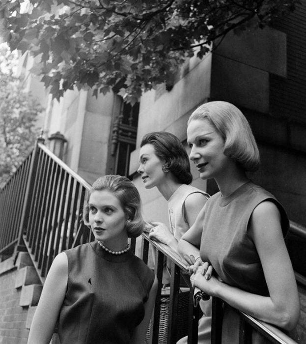 Fotografía de Nina Leen donde aparecen tres mujeres de los años 50 0 60 en las escaleras de una casa