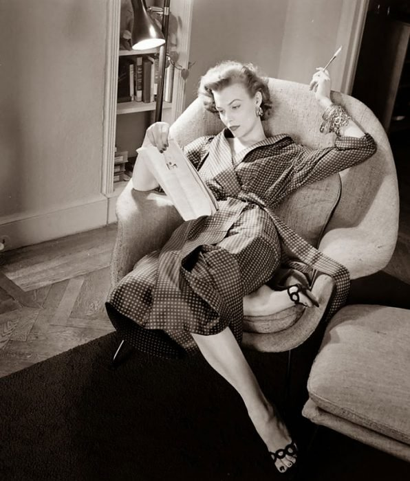 Fotografía de Nina Leen donde aparece una mujer de los años 50 0 60 descansando y leyendo en un sofá