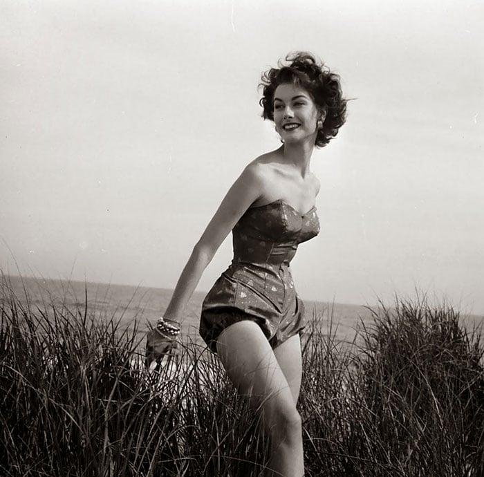 Fotografía de Nina Leen donde aparece una mujer de los años 50 0 60 en traje de baño junto al césped