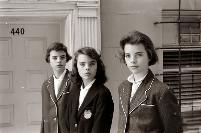 Fotografía de Nina Leen donde aparecen tres mujeres de los años 50 0 60 con uniformes escolares