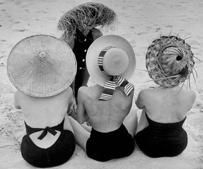 Fotografía de Nina Leen donde aparecen tres mujeres de los años 50 0 60 con sombreros en la playa