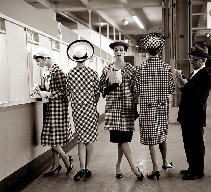 Fotografía de Nina Leen donde aparecen varias mujeres de los años 50 0 60 con sacos elegantes en la estación del metro